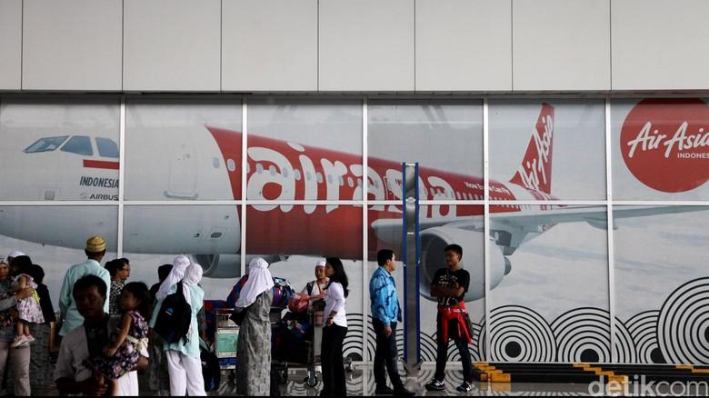Terminal 3 Bandara Soekarno-Hatta, Minggu (28/12/2014) petang, counter check in AirAsia beroperasi normal, termasuk check in mandiri. Di counter AirAsia di Terminal 3 tampak dijaga beberapa staf. Pesawat AirAsia QZ8501 rute Surabaya-Singapura hilang kontak sejak pukul 06.17 WIB hingga pukul 17.00 WIB belum ditemukan. Operasional AirAsia di Bandara Soekarno-Hatta, Cengkareng, normal.