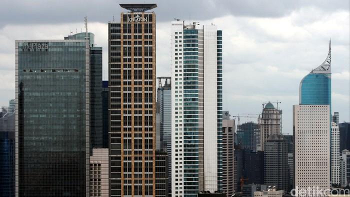 Gedung perkantoran di sepanjang kawasan MH. Thamrin, Jakarta Pusat, Selasa (30/12). Pasokan ruang perkantoran di Jakarta (kawasan central business district/CBD dan luar wilayah CBD) akan mencapai sekitar 7,5 juta meter persegi sampai akhir 2014 atau meningkat 6,5 persen dari tahun sebelumnya. Pasokan perkantoran di Jakarta diproyeksikan meningkat pesat dengan rata-rata 10,2 persen per tahun.
