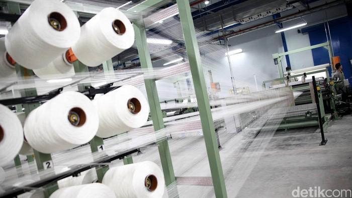 Menteri Perindustrian RI Saleh Husein (kemeja putih) meresmikan dan meninjau pabrik kedua PT Indo Kordsa, Tbk dikawasan Citeureup, Bogor, Jawa Barat, Selasa (6/1/2014). Pabrik kedua yang diinvestasikan senilai 100 juta U$D berkapasitas 18 kton untuk kain ban dan pabrik dengan kapasitas produksi 14 kton untuk benang polyester. Pabrik ini juga menjadi pabrik terbesar kedua dalam jajaran anak perusahaan Kordsa Global, Turki untuk kategori perusahaan yang bergerak dalam bidang penyedia bahan baku serat ban, polyester, rayon serta benang nylon untuk ban.