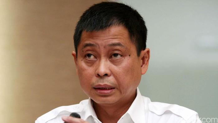 Menteri Perhubungan Ignatius Jonan memberikan keterangan kepada awak media di Kantor Kementerian Perhubungan, Jakarta, Jumat (9/1/2014). Menhub melarang terbang 61 penerbangan dari 5 maskapai penerbangan karena melanggar izin terbang. Lion Air mendominasi pelanggaran.