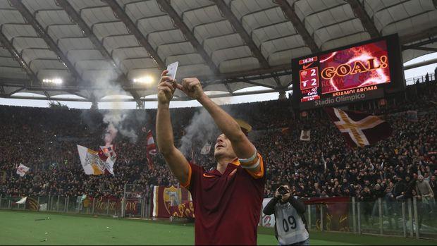 Selain Balotelli, legenda AS Roma Francesco Totti juga pernah berselebrasi dengan berselfie.