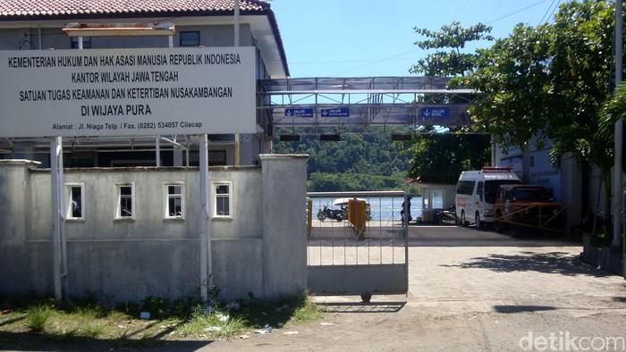 Jelang eksekusi 5 terpidana mati di pulau Nusakambangan, Cilacap, Jawa Tengah, suasana Dermaga Wijayapura terlihat normal, Jumat (16/1/2015). Tak tampak penjagaan dari pihak kepolisian yang begitu mencolok di dermaga penyebrangan menuju pulau tersebut.