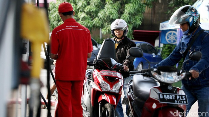 Sejumlah kendaraan mengisi BBM premium, di SPBU Pejompongan, Jakarta, Jumat (16/01/2015). Pemerintahan Presiden Joko Widodo (Jokowi) mengumumkan harga Bahan Bakar Minyak (BBM) turun lagi. Harga Premium diturunkan menjadi Rp 6.600/liter, sementara Solar menjadi Rp 6.400/liter. Harga baru ini berlaku mulai Senin (19/1/2015) pukul 00.00.