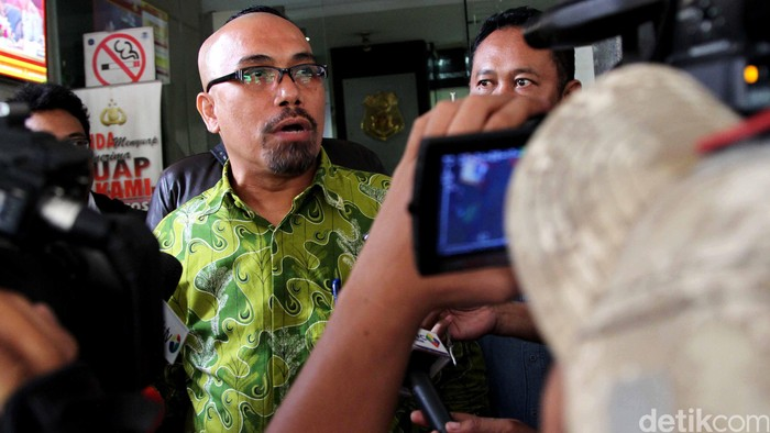 Ketua Forum Warga Kota Jakarta (Fakta) Azaz Tigor Nainggolan melaporkan Menkopolhukam Tedjo Edhi Purdjanto ke Bareskrim, Senin (26/1/2015). Tedjo Edhi dilaporkan terkait pernyataannya yang mengatakan rakyat nggak jelas.
