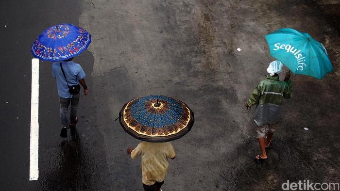 Akhir pekan di awal Minggu 1 Februari 2015, Kota Jakarta sudah mulai diguyur hujan sejak pagi hari.Berdasarkan Badan Meteorologi, Klimatologi dan Geofisika (BMKG), hujan secara merata mengguyur seluruh wilayah di Jakarta dan juga kota penyangga seperti Bogor, Depok, Tangerang dan Bekasi.