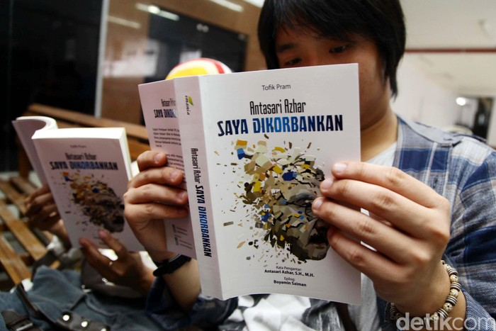 Di tengah kekisruhan antara KPK-Polri, mantan ketua KPK, Antasari Azhar, meluncurkan buku berjudul Saya Dikorbankan. Buku tersebut diluncurkan di PN Tangerang, Rabu (4/2/2015), sesaat sebelum ia menjalani sidang.