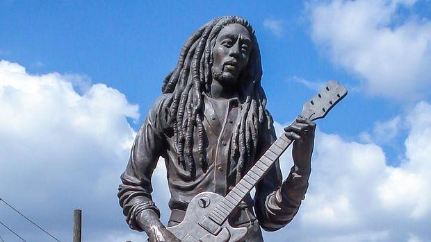 Bob Marley diabadikan dalam bentuk patung di Kingston, Jamaika.