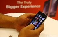 IPhone 6 dan iPhone 6 Plus akhirnya resmi dijual secara serentak di Indonesia mulai hari ini, Jumat (6/2/2015). Harga resmi untuk smartphone buatan Apple itu mulai dari versi yang 16 GB hingga 128 GB paling murah Rp. 10,799 Juta dan paling mahal seharga Rp.15,499 Juta.
