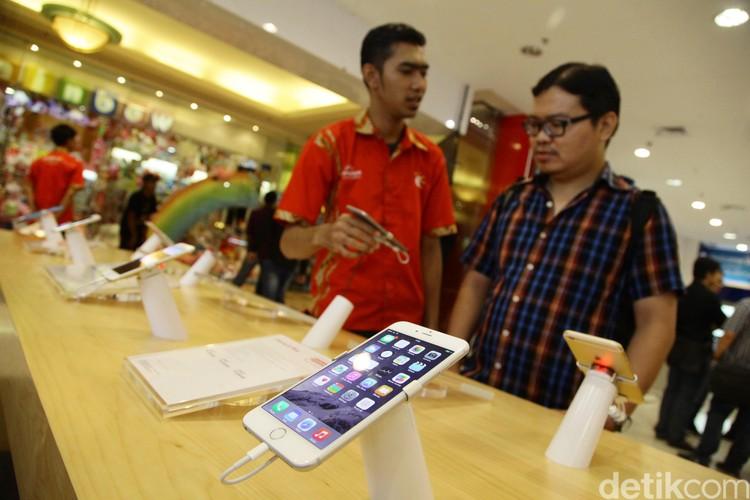 Meski haragnya menembus angka 15 Juta Rupiah,  sejak resmi di jual di indonesia hari ini iphone6 dan iphone 6 plus mulai banyak diburu pembeli seperti yang terihat di gerai era phone mall taman anggerek,jakarta (2/6/2015). tampak ramai pengunjung memenuhi gerai era phone mall taman anggrek yang ahari ini resmi mulai menjual iphone6 dan iphone6 plus.