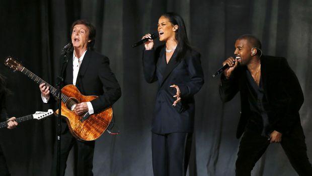 Paul McCartney pernah duet dengan Rihanna dan Kanye West.