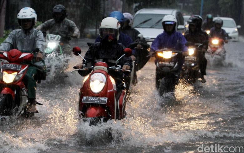 Pemotor terobos genangan air. Foto: Grandyos Zafna