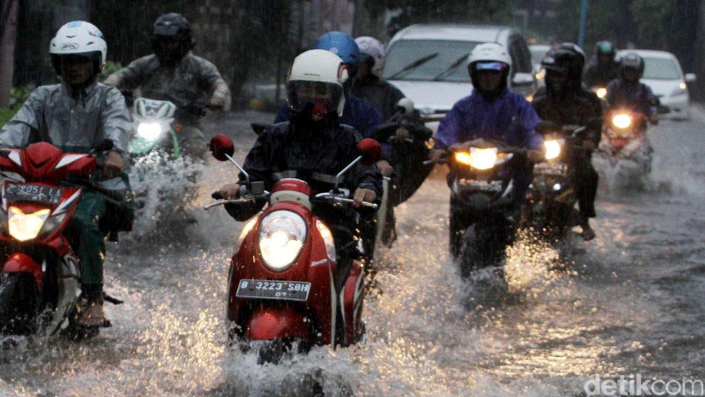 Dear Pemotor, Jangan Asal Terobos Genangan Air!