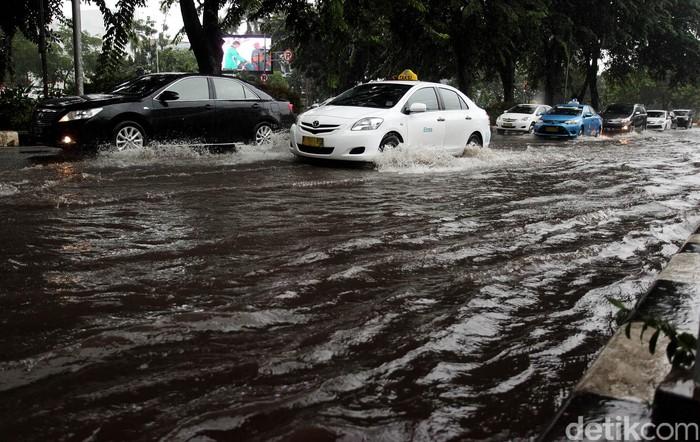Hujan deras yang terus mengguyur wilayah Jakarta dan sekitarnya, mengakibatkan jalan Asia-Afrika Senayan, Jakarta, Senin (09/02/2015) terendam banjir. Kendaraan yang melintas pun harus ekstra hati-hati saat melintas.