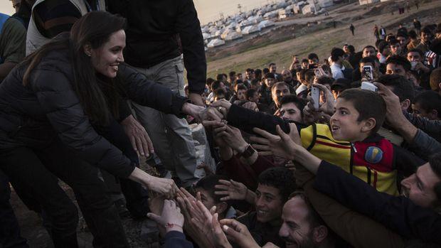 Angelina Jolie mengisi harinya dengan kegiatan positif seperti mengunjungi pengungsi di Suriah.