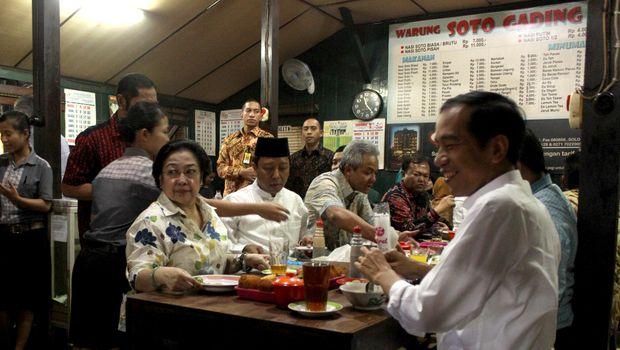 Presiden Joko Widodo (kanan), Ketua Umum PDI Perjuangan Megawati Soekarniputri (kiri), dan petinggi parpol pendukung pemerintah lainnya, di Soto Gading, Solo, 2015.