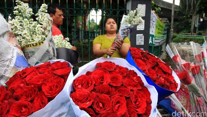 Hari Valentine dirayakan setiap tanggal 14 Februari. Jelang perayaan tersebut, pernak-pernik Valentine sudah dijajakan di kawasan Pasar Cikini, Jakarta Pusat, Jumat (13/2/2015).