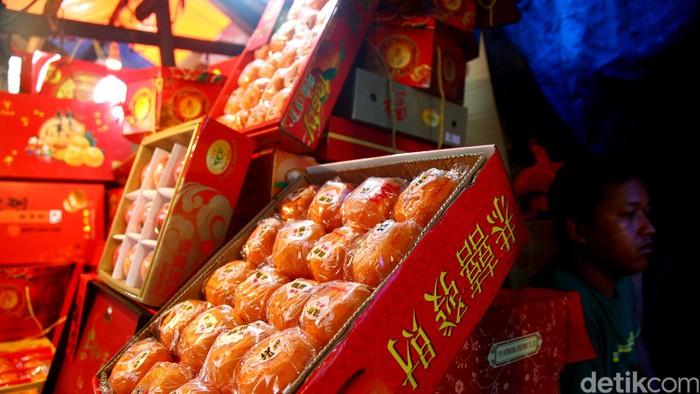 Pedagang merapihkan jeruk di Pasar Petak 9, Jakarta, Selasa (17/02/2015). Menjelang hari raya Imlek yang jatuh pada (19/02/2015), para pedagang buah jeruk laris manis diserbu pembeli. Harga jeruk pun bervariasi, mulai dari Rp. 150.00/boks hingga Rp.600.000. Grandyos Zafna/detikcom
