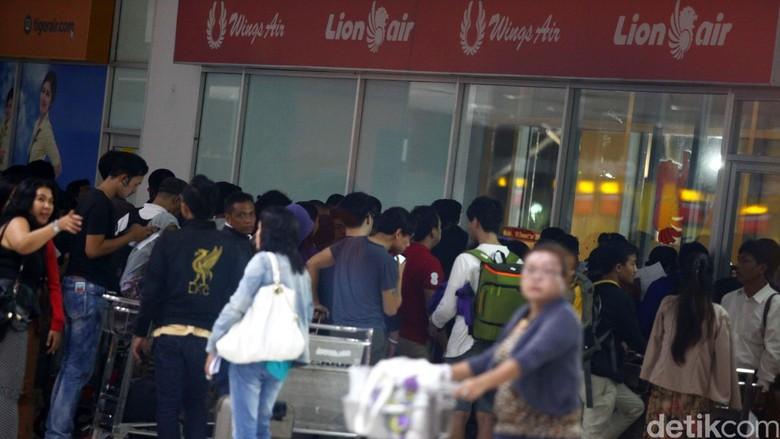 Penumpang Lion Air Menumpuk di Bandara  Penumpang pesawat Lion Air dengan berbagai tujuan menumpuk di Terminal 3 Bandara Soekarno Hatta, Tanggerang, Kamis (19/02/2015). Ketelantaran penumpang pesawat Lion Air ini disebabkan oleh tidak tersedianya pesawat. Grandyos Zafna/detikcom