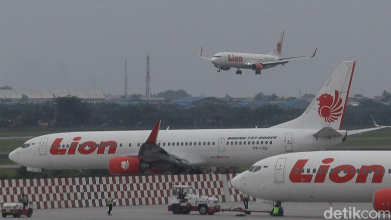 Sejumlah Pesawat Lion Air terparkir di Terminal 2, Bandara Soekarno Hatta, Tanggerang, Banten. Jumat, 20 Februari 2015.