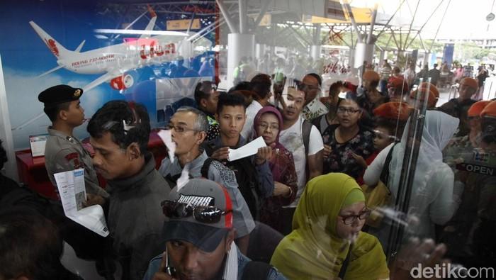 Pengembalian tiket pesawat Lion Air terus dilakukan di konter Lion Air di Terminal 3 Bandara Soekarno Hatta, Jumat (20/2/2015). Proses refund tersebut juga di kawal oleh puluhan Kopaskhas demi menjaga ketertiban dan keamanan wilayah bandara tersebut. (Foto: Rachman Haryanto/detikcom)