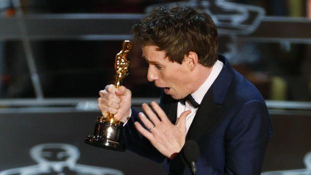 Eddie Redmayne saat memenangkan Oscar pada 2014.
