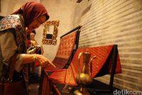 Pengunjung mengamati songket khas Minang di Pameran Wastra Antik di Pejaten House, Jakarta Selatan, beberapa tahun silam.