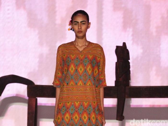 Salah satu rancangan busana Oscar Lawalata terbuat dari kain tenun. Foto: Mohammad Abduh