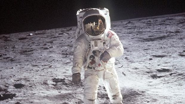 Manusia untuk kali pertama menjejakkan kaki di bulan pada 20 Juli 1969.
