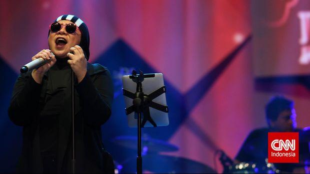 Melly Goeslaw kala tampil di Java Jazz Festival 2015 bersama Potret.