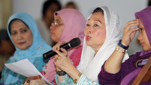 Istri Presiden RI ke-4 Abdurrahman Wahid, Sinta Nuriyah Wahid (kedua kanan), di Balai Pelestarian Nilai Budaya, Yogyakarta, 2015.