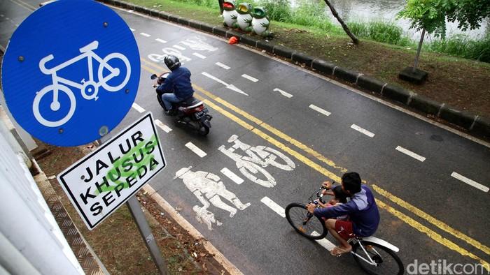 Pemotor diijinkan untuk melintas di jalur khusus sepeda di kawasan Banjir Kanal Timur, Jakarta. Namun waktunya dibatasi yakni hanya pada hari Senin-Jumat pukul 06.00-09.00 WIB. Pengendara motor melintas di jalur khusus sepeda di kawasan Banjir Kanal Timur, Jakarta, Rabu (11/3/2015) pagi.