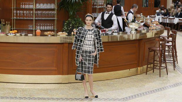 Salah satu koleksi Lagerfeld yang dipamerkan pada ajang Paris Fashion Week 2015.
