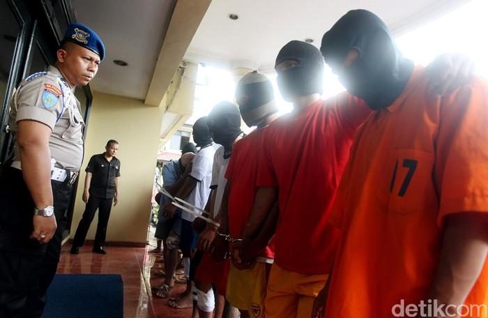 Satuan Reskrim Polres Jakarta Barat, Kamis (12/05/2015), meringkus belasan pelaku kejahatan jalanan (street crime) selama operasi yang dilakukan dari 28 Februari-11 Maret 2015. Beberapa kasus kejahatan jalanan ini meliputi pencurian dengan pemberatan (curat), pencurian dengan kekerasan (curas), dan kasus pencurian motor (curanmor).