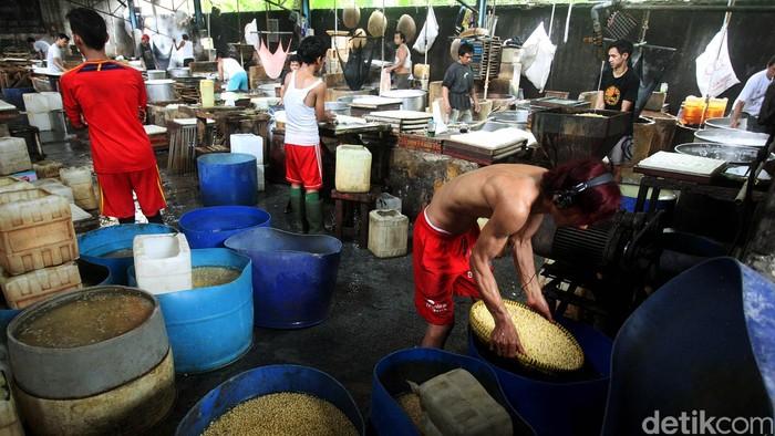 Para perajin tahu dan tempe yang tergabung dalam Gabungan Koperasi Tahu dan Tempe Indonesia (Gakoptindo) mendapatkan jatah impor kedelai sebesar 125.000 ton di 2013. Jumlah ini jauh lebih besar dari perhitungan awal yang hanya diberikan 20.000 ton. (Foto: Rachman Haryanto/detikFoto)