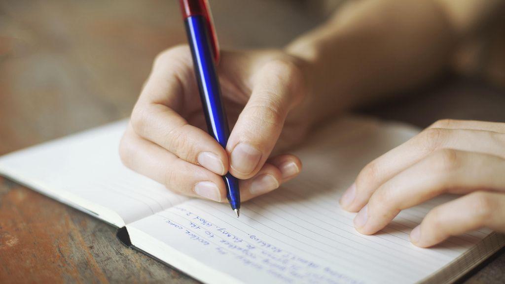 Menulis Bisa Jadi Alternatif untuk Rangsang Perkembangan si Kecil Lho