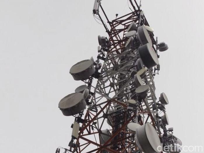 Teknisi sedang melakukan perawatan perangkat BTS 4G di atas menara di kota Bogor, Jawa Barat Jumat (13/3/2015). Saat ini XL terus Memperluas layanan 4G ke sejumlah kota-kota besar di Indonesia  termasuk di luar jawa. (Foto: Rachman Haryanto/detikcom)