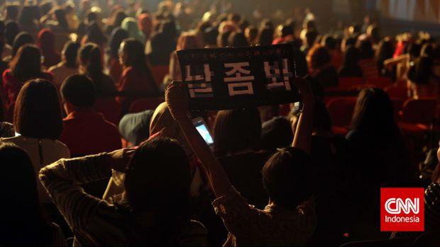 Sejumlah penggemar membawa poster Aktor asal Korea Selatan Kim Woo Bin saat mengikuti acara