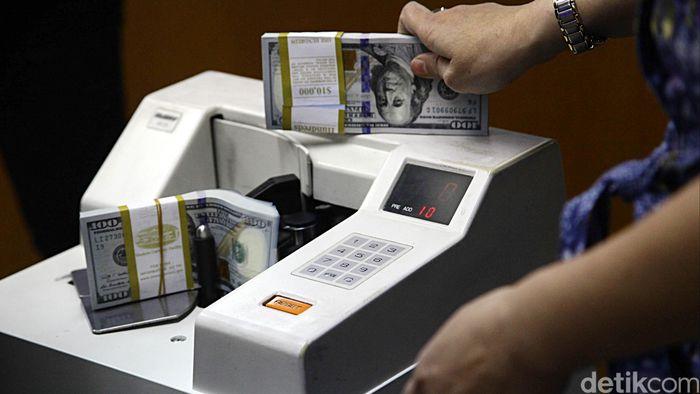 Dolar Amerika Serikat (AS) masih perkasa di kisaran Rp 13.000. Pada hari ini dolar AS diperdagangkan di Rp 13.185. Posisi dolar AS terkuat adalah Rp 13.193.