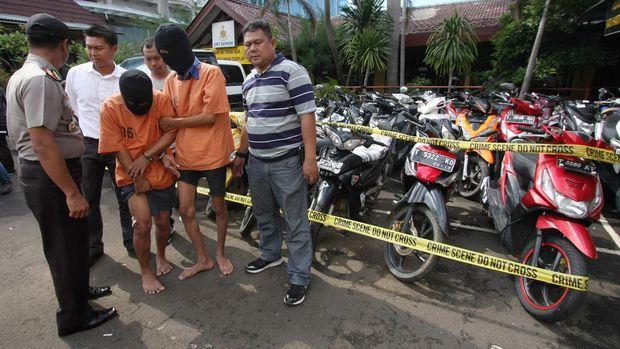Pelaku begal ranmor di Karawang dan Jakarta yang ditembak di bagian kaki oleh petugas, di Polres Jakut, 2015.