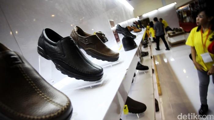 Bagi anda pengkoleksi atau yang sedang mencari sepatu, cobalah datang ke acara pameran Gelar Sepatu, Kulit dan Fesyen di Hall B Jakarta Convention Center, Kamis (30/5/2013) hingga Minggu (2/6/2013). Beragam pilihan sepatu tersaji mulai dari kualitas lokal dan internasional. Sepatu lokal, nggak kalah kok dengan merek luar. File/detikFoto.
