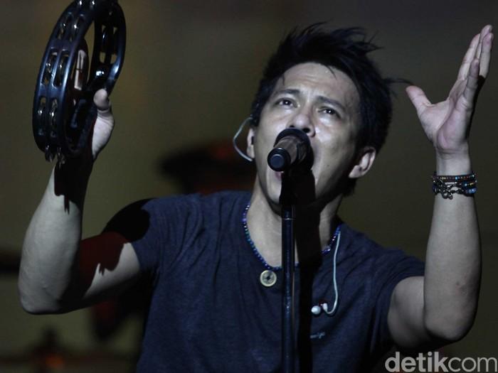Grup band Noah menjadi band penampil dalam acara Woman of the most award di balai Kartini, Jakarta (21/4/213). Ariel dkk tampil atraktif dalam acara tersebut. File/detikFoto.