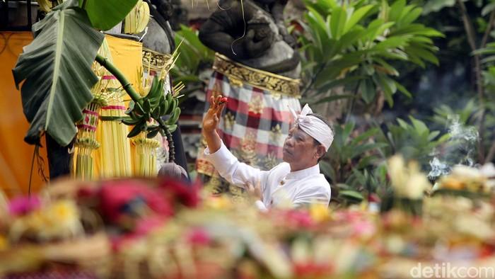 Sehari sebelum Hari Raya Nyepi Tahun Caka 1937, Pura Adhitya Jaya di bilangan Rawamangun, Jakarta Timur, Jumat (20/03/2015), disesaki umat Hindu yang khidmat melaksanakan prosesi Tawur Agung. Ritual Tawur Agung dipercaya sebagai ritual menolak bala. Ini merupakan bagian dari upacara Buta Yadnya.
