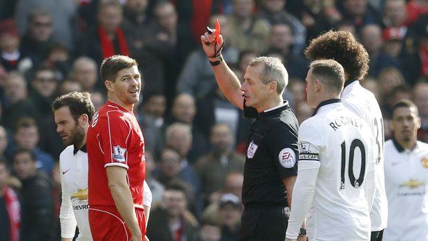 Martin Atkinson ketika memberi Steven Gerrard kartu merah.