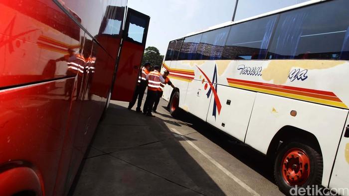 Sejumlah bus AKAP menjalani pemeriksaan kelaikan jalan di Terminal Kampung Rambutan, Jakarta Timur, Senin (23/3/2015). Langkah ini untuk memberikan kenyamanan bagi para penumpang.