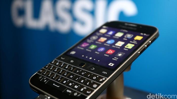 Seorang model menunjukkan Blackberry Classic saat peluncuran di Jakarta, Rabu (25/3/2015). Blackberry ini menggunakan jaringan 4G LTE dijual dengan harga Rp 5.599.000.