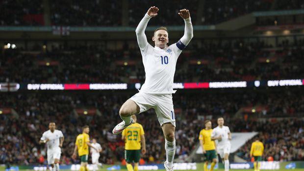 Wayne Rooney bertikai dengan Cristiano Ronaldo.