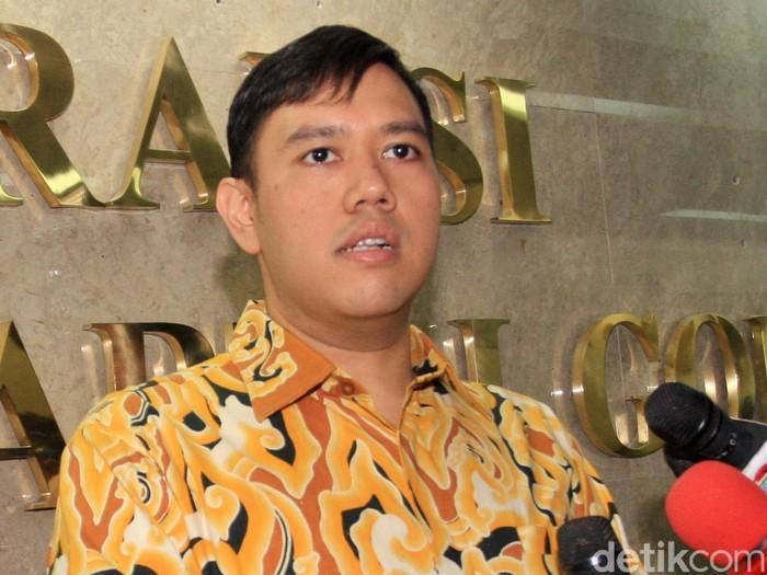 Anak Ketum Golkar Agung Laksono yang juga anggota DPR, Dave Laksono, terkejut saat tiba di ruang Fraksi Golkar di lantai 12 Gedung Nusantara I DPR RI, Senayan, Jakarta, Jumat siang (27/3). Ruangan tersebut dijaga ketat aparat kepolisian dan pamdal.