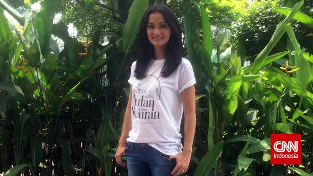 Aktris Atiqah Hasiholan ketika berkunjung ke CNN Indonesia (30/3).
