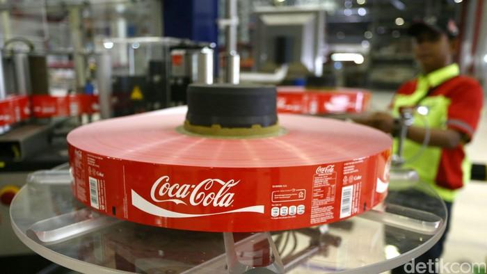 Peresmian lini produksi baru di pabrik Coca-Cola Amatil Indonesia Bekasi, Jawa Barat, Selasa (31/3). Hal tersebut menandai langkah awal dari investasi senilai US$500 juta, melengkapi tiga tahun terakhir yang telah BC meresmikan 18 lini produksi baru, menempatkan 150.000 lemari pendingin dan membangun tiga pusat distribusi raksasa untuk meningkatkan kapasitas dan kapabilitas lokal dengan total nilai investasi lebih dari US$ 300 juta.