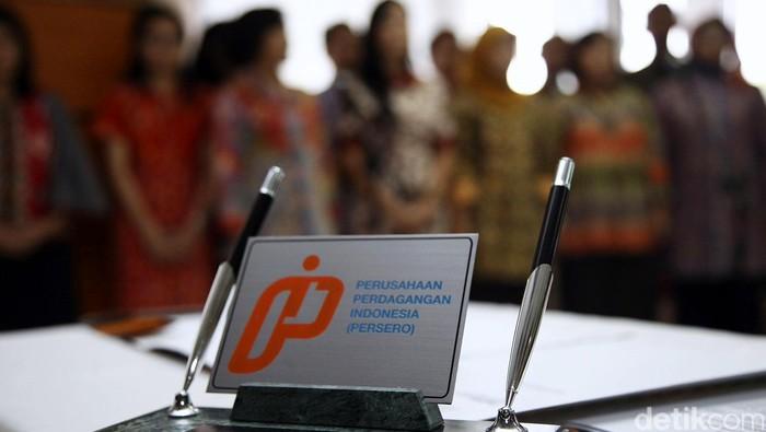Direktur Utama PT Perusahaan Perdagangan Indonesia (PPI) Wahyu Suparyono didampingi Direktur Pengembangan Bisnis Dayu Padamara Rengganis dan Direktur Sumber Daya Korporat Indra Agastya menujukkan logo baru PT PPI saat peluncurannya di Jakarta, Selasa (31/3/2015).
